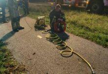 Photo of Hellendoorn- Auto knalt tegen boom